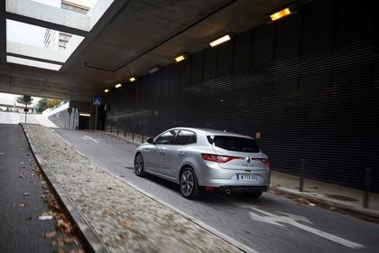 Renault Megane IV Aussenansicht Heck schräg dynamisch silber