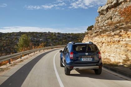 Dacia Duster SD Aussenansicht Heck schräg dynamisch dunkelblau