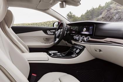 Mercedes E-Klasse Coupé C238 Innenansicht Beifahrerposition statisch weiß schwarz