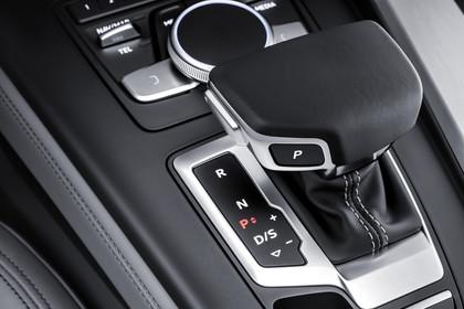 Audi A4 B9 Avant Innenansicht Mittelkonsole Gangwählhebel statisch hellgrau