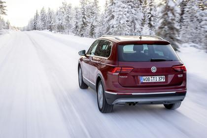 VW Tiguan 2 Aussenansicht Heck schräg dynamisch rot