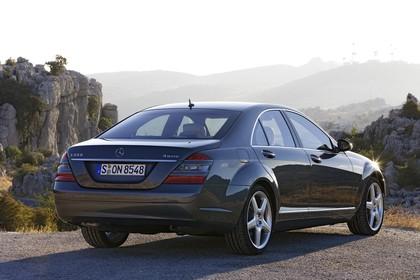 Mercedes-Benz S-Klasse W221 Aussenansicht Heck schräg statisch schwarz