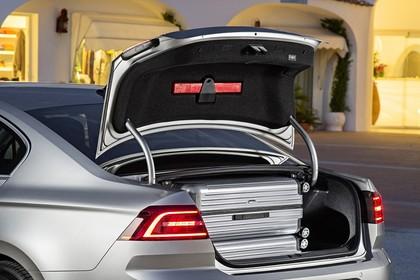 VW Passat B8 Aussenansicht Heck schräg Kofferraum geöffnet statisch silber