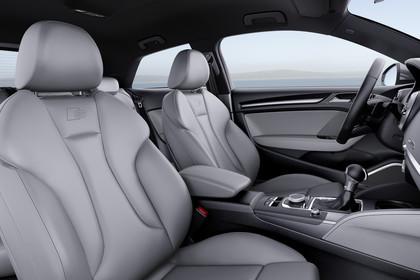 Audi A3 8V Dreitürer Facelift S-line Innenansicht Vordersitze statisch hellgrau