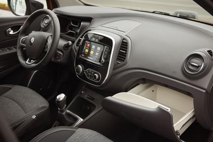 Renault Captur R Innenansicht statisch Vordersitze und Armaturenbrett Handschuhfach offen beifahrerseitig