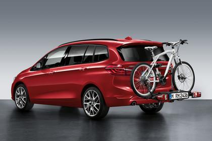 BMW 2er Gran Tourer Aussenansicht Heck schräg mit Fahrradträger Studio statisch rot