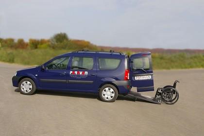 Dacia Logan MCV Aussenansicht Seite mit Rollstuhlrampe statisch dunkelblau