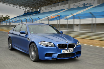 BMW M5 F10 Aussenansicht Front schräg dynamisch blau