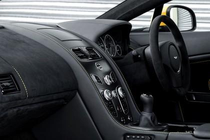 Aston Martin Vantage VH Innenansicht statisch Armaturenbrett und Lenkrad beifahrerseitig