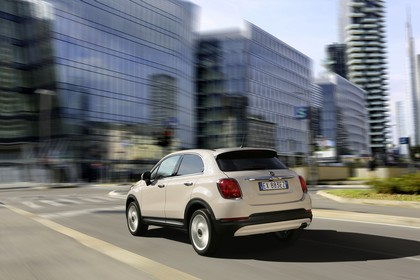 Fiat 500X Aussenansicht Heck schräg dynamisch beige