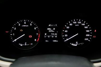 Hyundai i20 Coupe GB Innenansicht Detail statisch schwarz Tacho