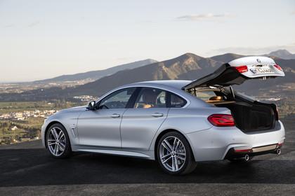 BMW 4er Gran Coupe F36 Aussenansicht Heck schräg Kofferraum geöffnet statisch silber