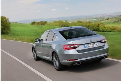 Skoda Superb Limousine 3V Aussenansicht Heck schräg dynamisch grau