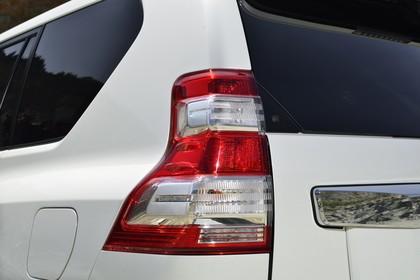 Toyota Land Cruiser J15 Aussenansicht Detail statisch weiß Rückleuchte