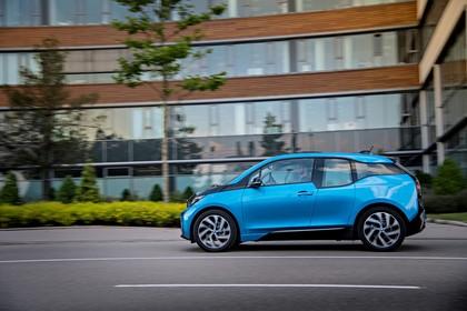 BMW i3 Aussenansicht Seite dynamisch blau