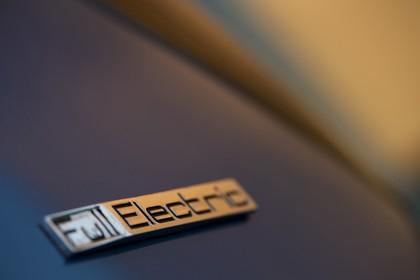 Peugeot iOn Aussenansicht Seite schräg statisch Detail Full Electric Schriftzug blau