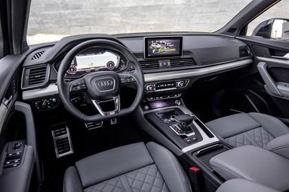 Audi Q5 FY Innenansicht statisch Vordersitze und Armaturenbrett fahrerseitig