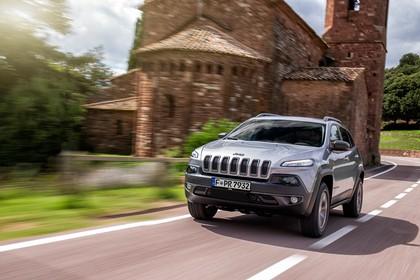 Jeep Cherokee KL Aussenansicht Front schräg dynamisch silber