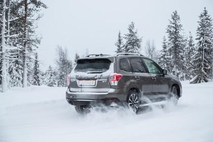 Subaru Forester IV SJ Aussenansicht Heck schräg dyanmisch braun