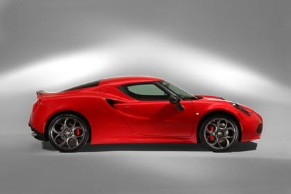 Alfa Romeo 4C Aussenansicht Seite statisch Studio rot