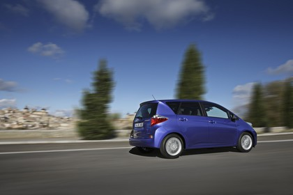 Toyota Verso-S XP12 Aussenansicht Seite schräg dynamisch blau