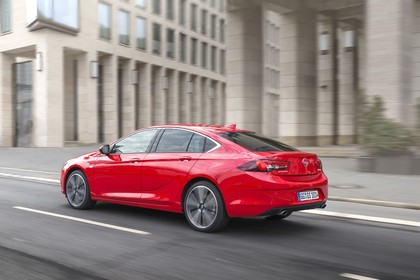 Opel Insignia B Grand Sport Aussenansicht Heck schräg dynamisch rot
