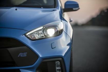 Ford Focus RS DYB-RS Aussenansicht Front statisch Detail Scheinwerfer links und RS Schriftzug