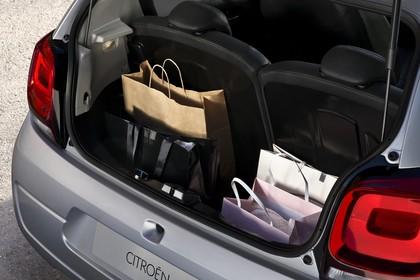 Citroën C1 P Aussenansicht Heck schräg statisch silber Heckklappe geöffnet