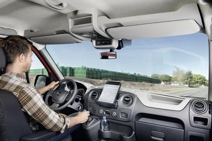 Opel Movano Kombi Innenansicht dynamisch Fahrersitz und Armaturenbrett beifahrerseitig
