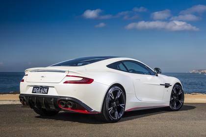 Aston Martin Vanquish VH Aussenansicht Heck schräg statisch weiss