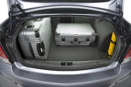 Opel Astra H Limousine Facelift Aussenansicht Kofferraum geöffnet beladen statisch silber