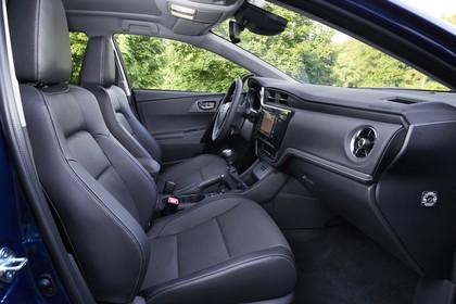Toyota Auris Touring Sports E18 Innenansicht statisch Vordersitze und Armaturenbrett beifahrerseitig