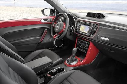 VW Beetle Innenansicht Beifahrerposition statisch schwarz rot