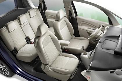 Citroën C3 Picasso SH Innenansicht statisch Studio Innenraum Rücksitze Vordersitze und Armaturenbrett beifahrerseitig