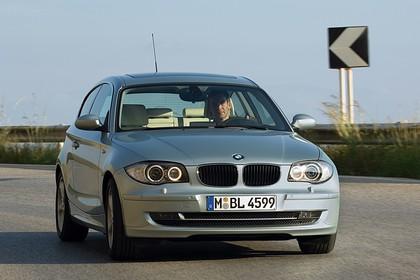 BMW 1er Dreitürer E81 Aussenansicht Front schräg dynamisch silber