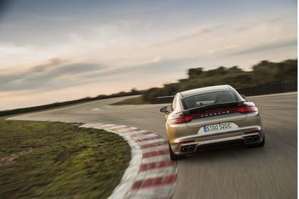 Porsche Panamera Turbo S E-Hybrid 971 Aussenansicht Heck dynamisch braun