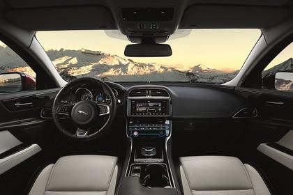 Jaguar XE X760 Innenansicht statisch Vordersitze und Armaturenbrett