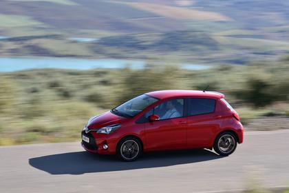 Toyota Yaris (XP13) Aussenansicht Seite dynamisch rot