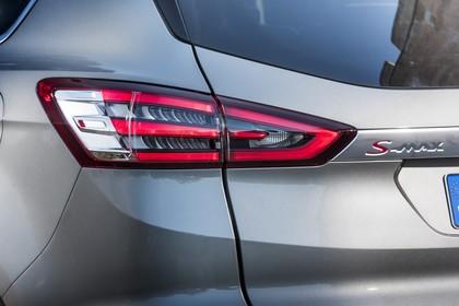 Ford S-MAX WA6 Aussenansicht Heck schräg statisch Detail Rückleuchte links und S-MAX Schriftzug grau
