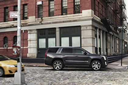 Cadillac Escalade GMTK2XL Aussenansicht Seite statisch braun