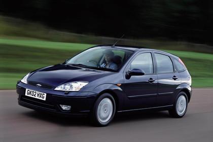 Ford Focus Mk1 Facelift Aussenansicht Front schräg dynamisch dunkelblau
