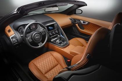 Jaguar F-Type SVR Cabriolet QQ6 Innenansicht statisch Studio Vordersitze und Armaturenbrett fahrerseitig