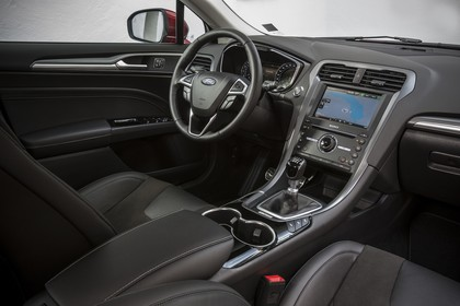Ford Mondeo Limousine Mk5 Innenansicht studio Armaturenbrett und Vordersitze beifahrerseitig