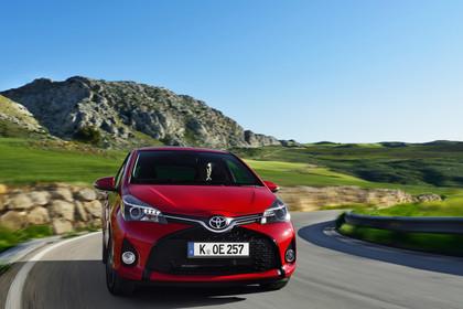 Toyota Yaris (XP13) Aussenansicht Front schräg dynamisch rot