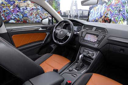 VW Tiguan 2 Innenansicht Beifahrerposition statisch orange