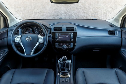 Nissan Pulsar C13 Innenansicht statisch Vordersitze und Armaturenbrett