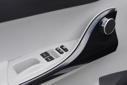 Toyota iQ AJ1 Innenansicht Detail Türgriff statisch schwarz weiß