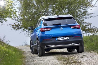 Opel Grandland X Z Aussenansicht Heck schräg statisch blau