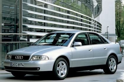Audi A4 Limousine B5 Aussenansicht Front schräg statisch silber