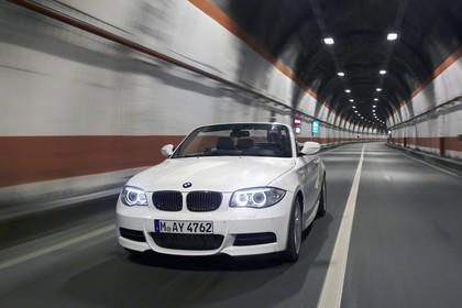 BMW 1er Cabriolet E88 LCI Aussenansicht Front schräg dynamisch weiss